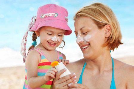 Een babyhuidje heeft extra bescherming nodig in de zon, zelfs in de schaduw is het belangrijk dat je om de twee uur blijft smeren.